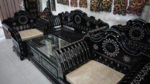 kursi dengan ornamen cukli