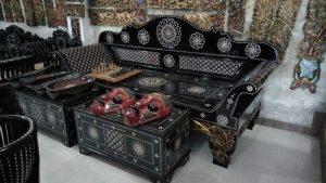 kursi dengan tempelan ornamen kerang