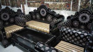 Kursi tamu dengan ornamen cukli
