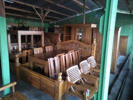 kursi bahan kayu dan dipan