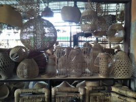 Segala macam ornamen lampu dari bahan bambu