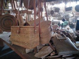Kerajinan tas dari bahan bambu dan ketak